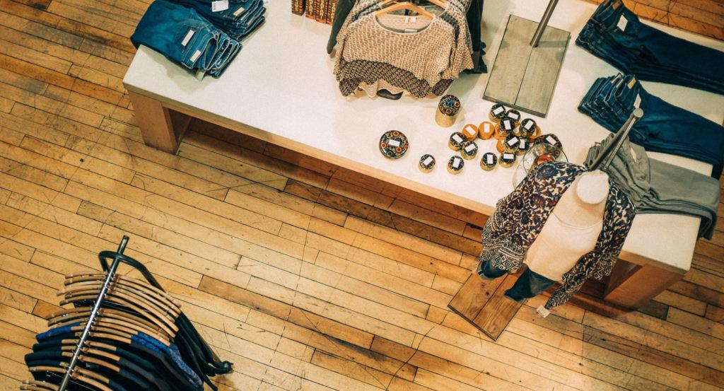 Маркировке подлежат: вещи из кожи, женские блузки, куртки, пальто, ветровки и тд.